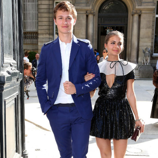 Ansel Elgort e Violetta Komyshan vão juntos à semana de moda em Paris