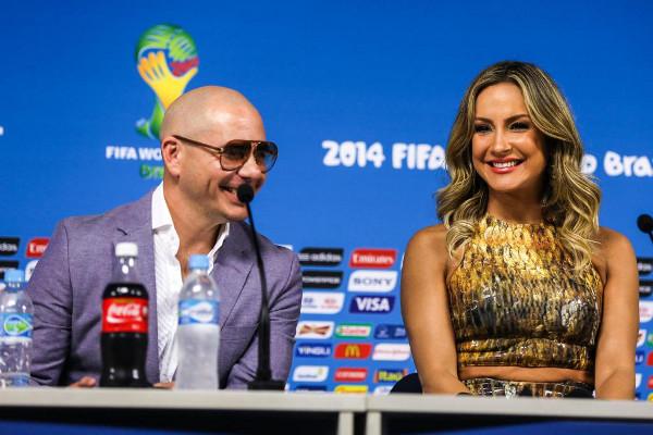 Cláudia Leitte e Pitbull participam de coletiva de imprensa da Copa do Mundo