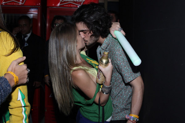Fiuk beija muito em festa pós jogo do Brasil