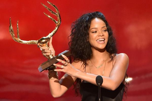 """Rihanna ganha troféu de """"Mulher Mais Desejada"""" no Guys' Choice Awards 2014"""