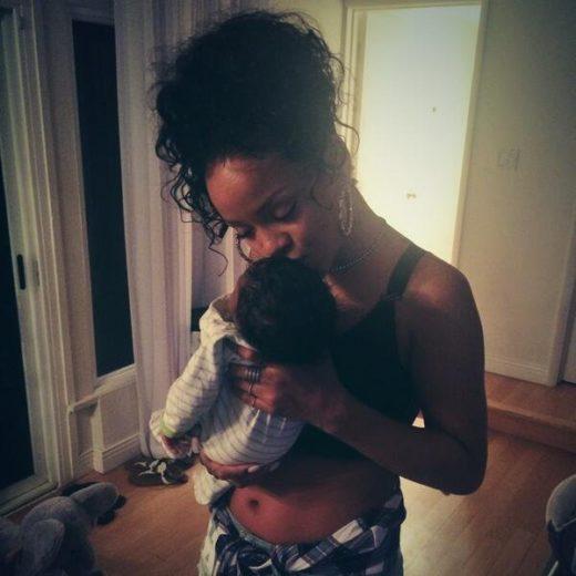 Rihanna publica fotos com bebê no colo