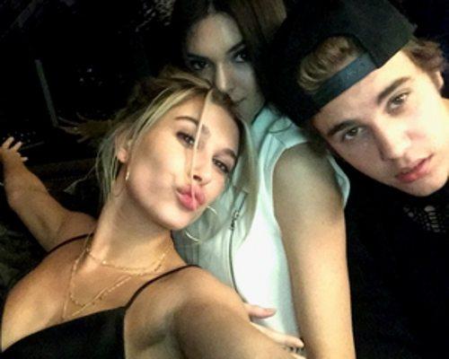 Justin Bieber assiste jogo ao lado dos amigos