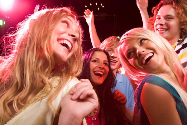 pessoas dançando em festa