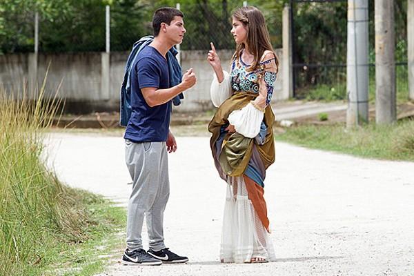 Karina descobre que Bianca pagou Pedro para namorá-la