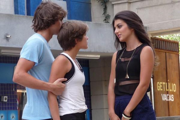 Jade ameaça contar a verdade para a Karina