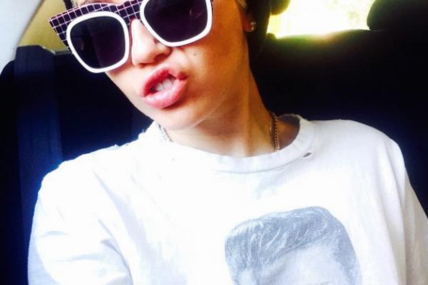 miley cyrus de oculos escuros