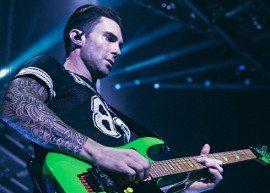 Adam Levine acerta microfone em fã durante show no Canadá