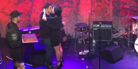 Demi Lovato é surpreendida por Wilmer Valderrama em show beneficente