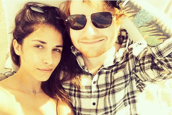 Ed Sheeran que está solteiro após terminar namoro com Athina Andrelos