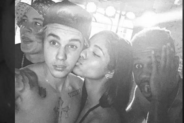 Justin Bieber comemora aniversário com amigos e champagne