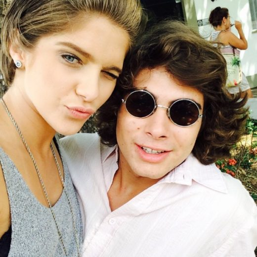 Isabella Santoni e Rafael Vitti são vistos trocando beijos em restaurante