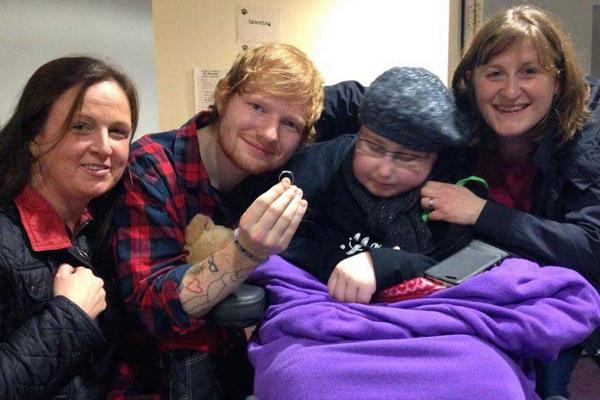 Ed Sheeran aceita pedido de casamento de fã