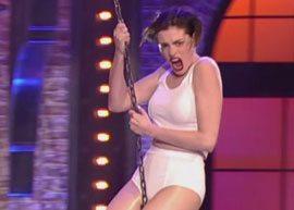 """Anne Hathaway dubla Miley Cyrus no programa """"Lip Sync Battle"""""""