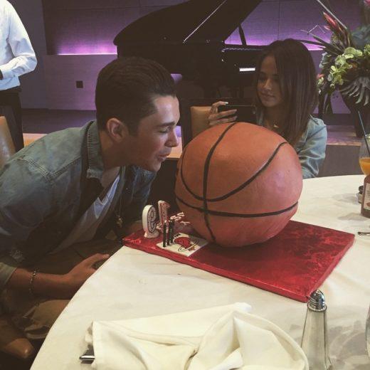 Becky G e Austin Mahone curtem festa em iate