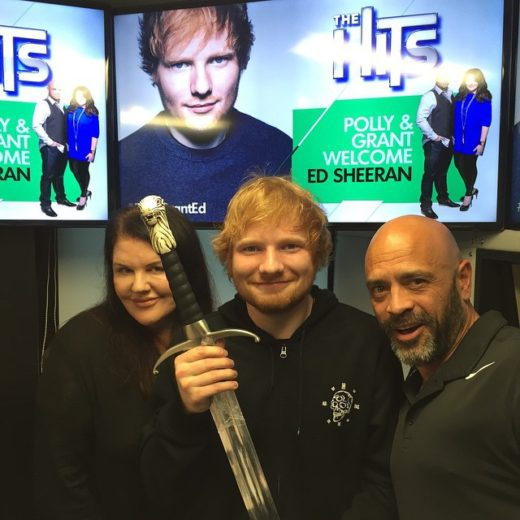 Ed Sheeran ganha presente inesperado e tem a reação mais fofa #ever