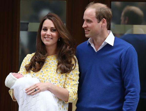 Kate Middleton e Príncipe William apresentam a princesa