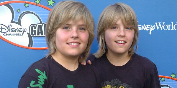 """Gêmeos da série """"Zack e Cody"""" se formam na Universidade"""