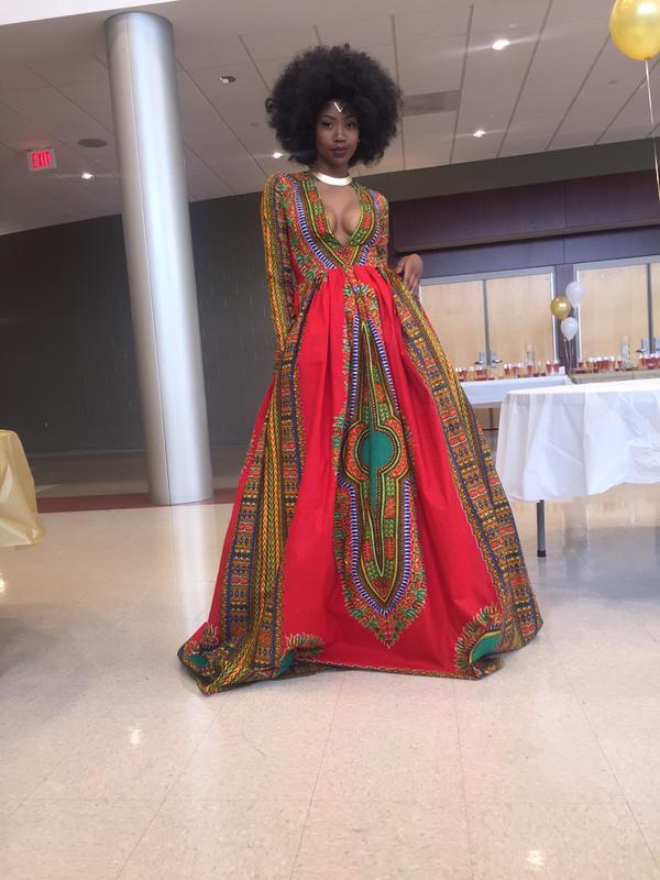 Em resposta ao preconceito, garota desenha seu próprio vestido de formatura