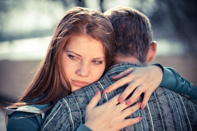menina e menino se abraçando