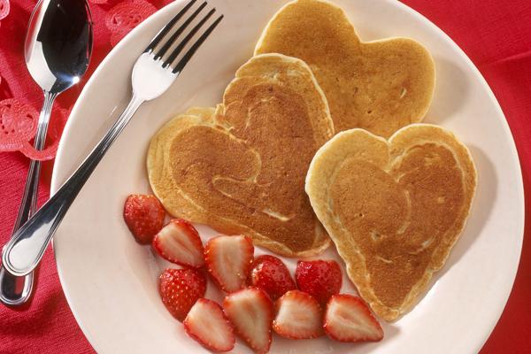 Panquecas com morango em formato de coração