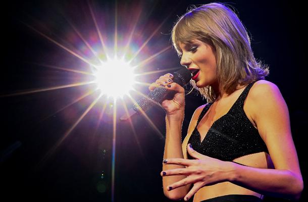 [VÍDEO] Selena Gomez , Justin Timberlake e Lisa Kudrow participam de show da Taylor Swift