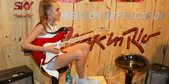 Cara Delevingne toca guitarra em camarote do Rock In Rio!