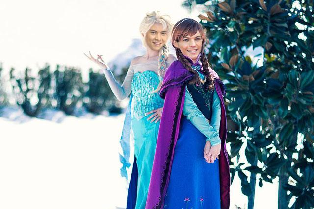 Harry Styles e Louis Tomlinson da One Direction como Elsa e Anna, princesas de Frozen, da Disney