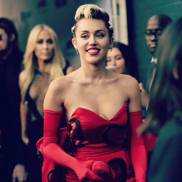 "Miley Cyrus lança música ""Hands Of Love"", trilha do filme ""Freeheld"""