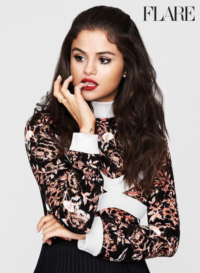 """""""Sou poderosa e me sinto no controle"""", diz Selena Gomez em entrevista para a revista Flare"""