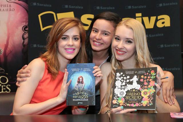 Tarde de autógrafos com Sophia Abrahão e Carolina Munhóz!
