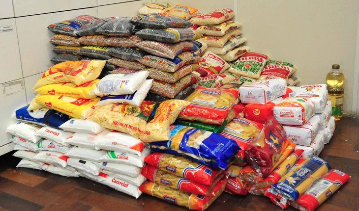Ajudar as pessoas doando alimentos