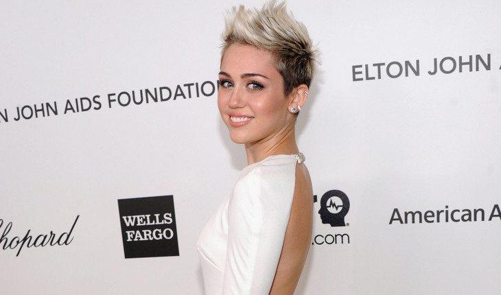 Como ajudar os outros: Miley Cyrus cortou o cabelo curtindo e doou os fios para fazer perucas para pessoas com câncer