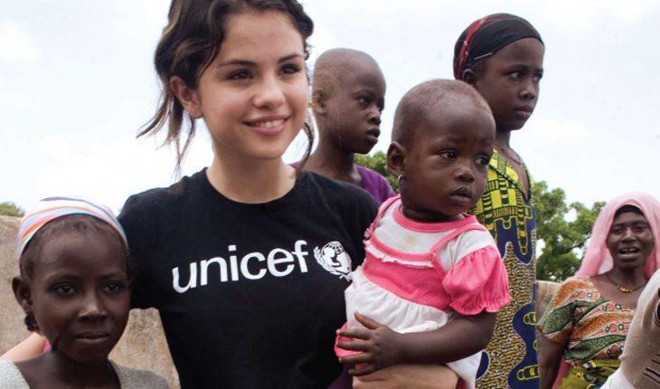 Ajudar o próximo fazendo visitar à instituições de caridade: Selena Gomez em apio à UNICEF