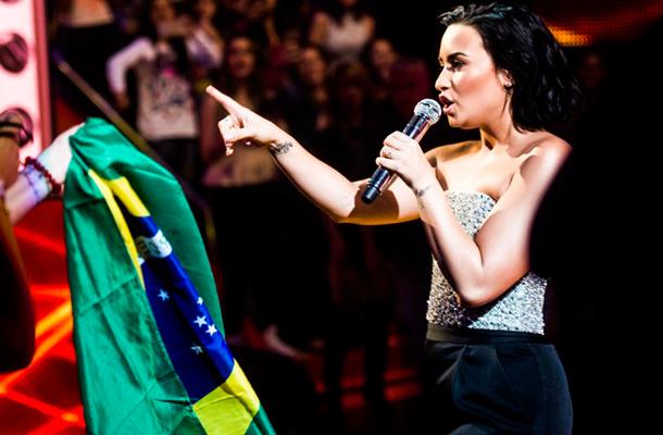 """Veja os vídeos completos de Demi Lovato no """"Caldeirão do Huck"""" e no """"Programa da Eliana"""""""