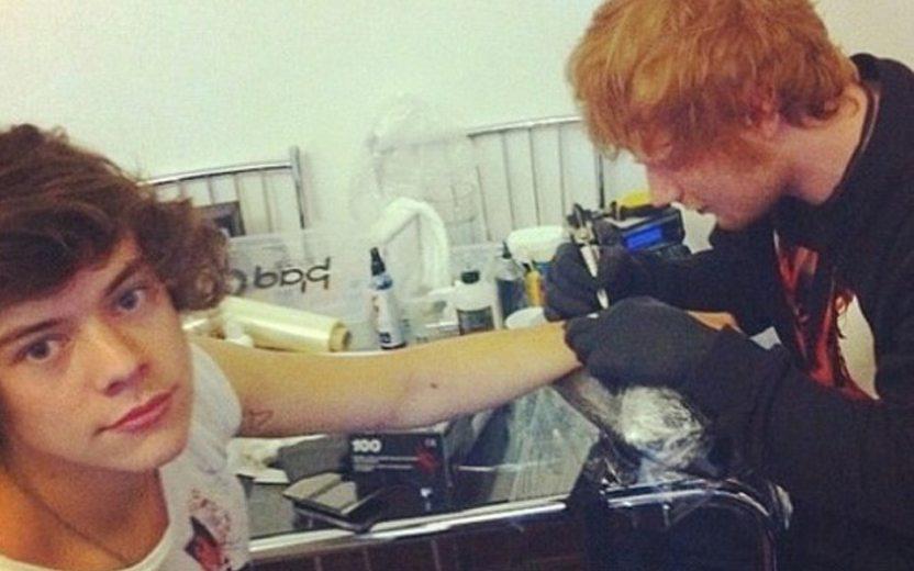 Ed Sheeran fazendo tatuagem no Harry Styles