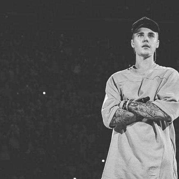 Justin Bieber interrompe show para rezar pelas vítimas dos atentados em Paris