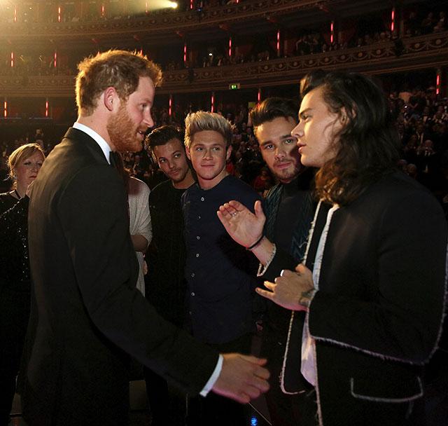 One Direction e Little Mix se encontram com Príncipe Harry em evento da realeza britânica