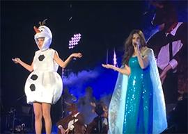 "Taylor Swift se fantasia e canta ""Let It Go"" com Idina Menzel"