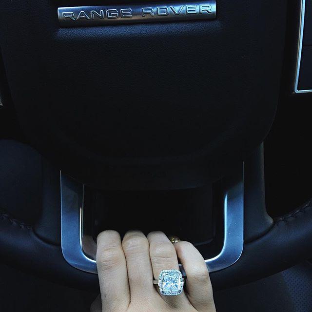 Noivou? Kylie Jenner exibe anel gigante e levanta rumores de noivado