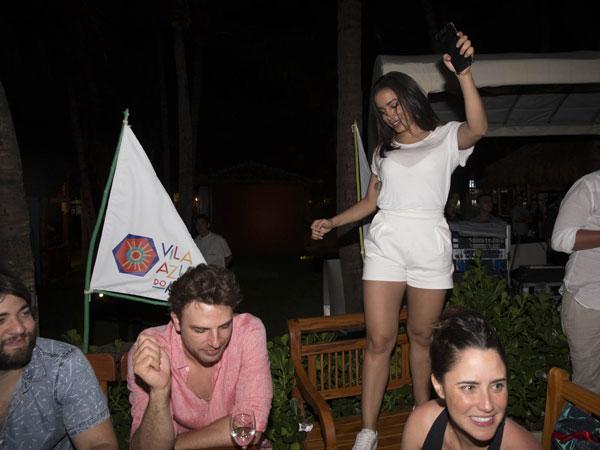 Anitta dança na cadeira