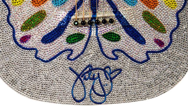 Katy Perry leiloa violão de cristais para fundação de Rihanna