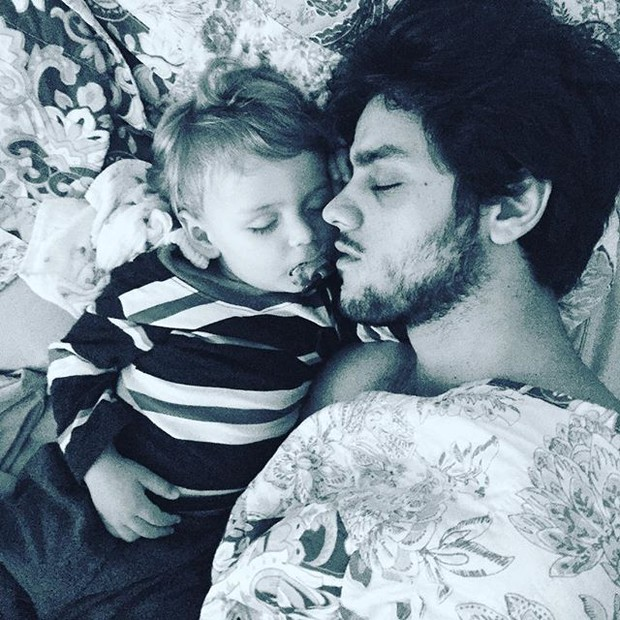 Fofura do dia: Felipe Simas dorme ao lado do filho