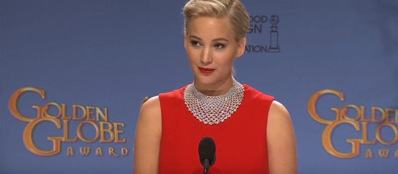 Jennifer Lawrence discute com repórter durante coletiva do Globo de Ouro