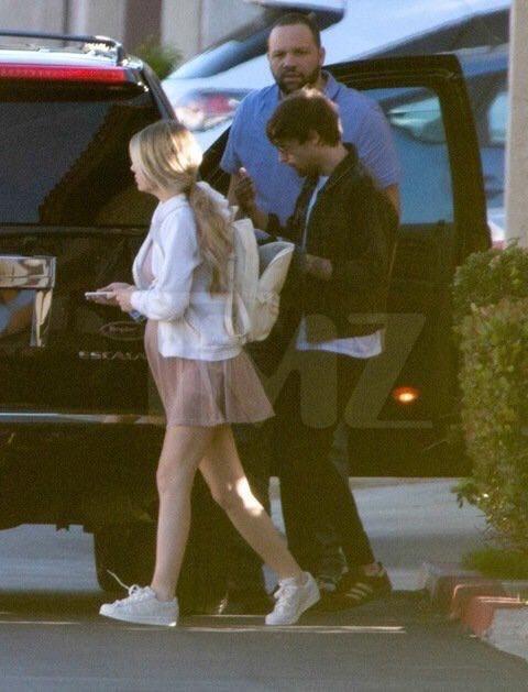 Veja fotos de Louis Tomlinson saindo de uma clínica médica com Brianna Jungwirth