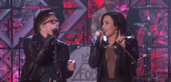 "Fall Out Boy e Demi Lovato se apresentam juntos com ""Irresistible''"