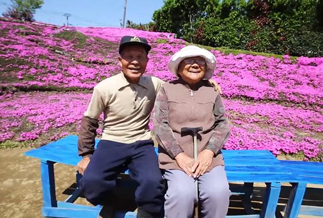 senhor kuroki planta flores para alegrar esposa