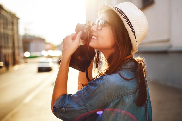 menina tirando foto