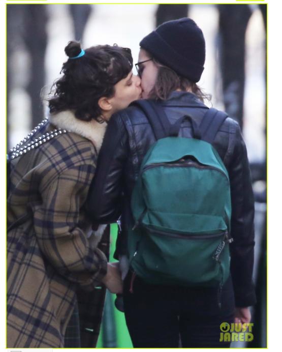 Kristen Stewart beijando a atriz Soko