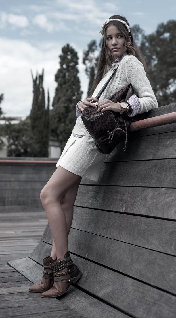 Modelo com mochila de onça