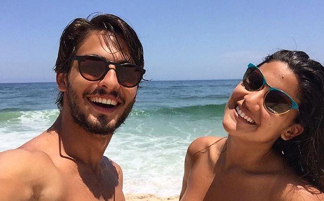 Giulia Costa e Brenno Leone se beijam em show